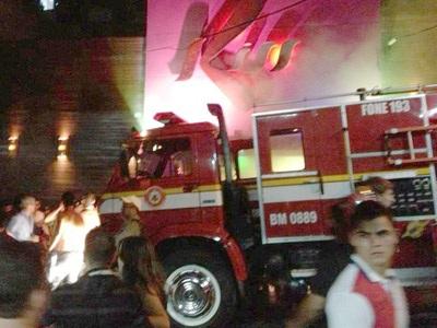 Lực lượng cứu hỏa tác nghiệp tại hiện trường vụ cháy.