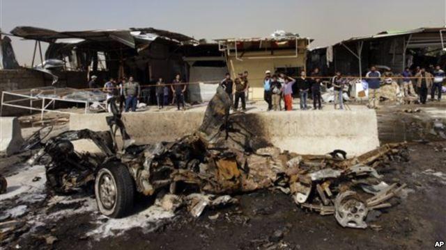 Hiện trường một vụ đánh bom xe ở vùng Ameen, phía Đông Baghdad, ngày 17/2/2013.
