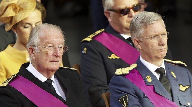 Quốc vương Albert II (trái) và Thái tử Philippe (phải) tại lễ thoái vị ở Cung điện Hoàng gia.