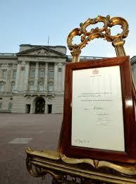 Thông báo về sự ra đời của Hoàng tử được đặt trang trọng ở sân trước Cung điện Buckingham.