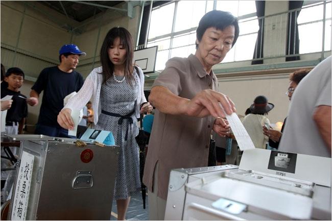Từ sáng sớm, các cử tri Nhật Bản đã bắt đầu bỏ phiếu tại