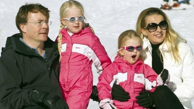 Hoàng tử Johan Friso cùng vợ và hai con gái tại khu trượt tuyết trước khi tai nạn xảy ra.