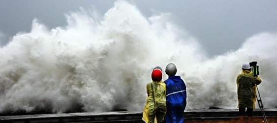 Bão Fitow đang gây ra những đợt sóng lớn tràn vào bờ biển Chiết Giang và Phúc Kiến.