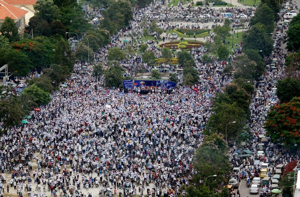 Phe đối lập phát động nhiều cuộc biểu tình lớn trên cả nước, đặc biệt tại thủ đô Phnom Penh.