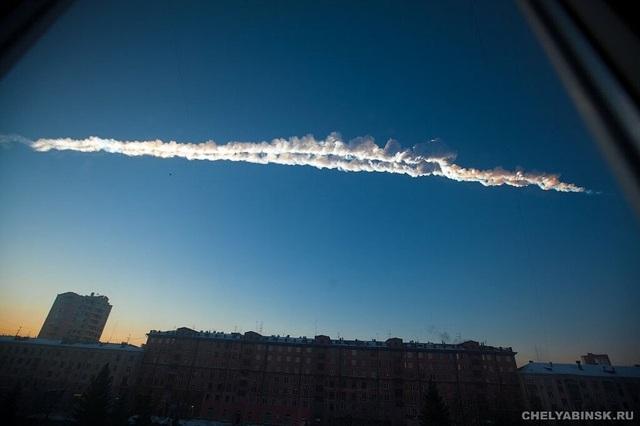 Vệt sáng lớn được tạo ra khi thiên thạch lao xuống vùng Urals của Nga.