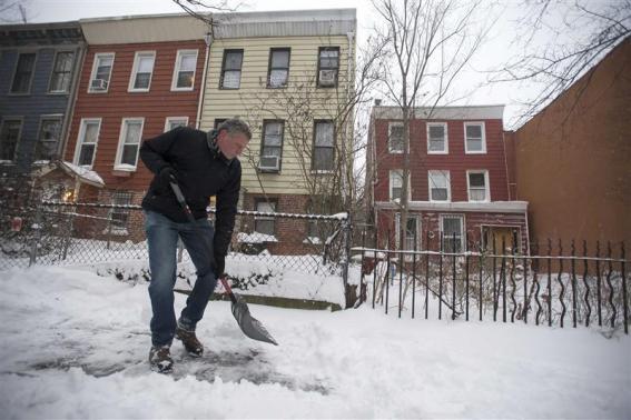 Thị trưởng thành phố New York Bill de Blasio dọn tuyết trước cửa nhà riêng ở Brooklyn.