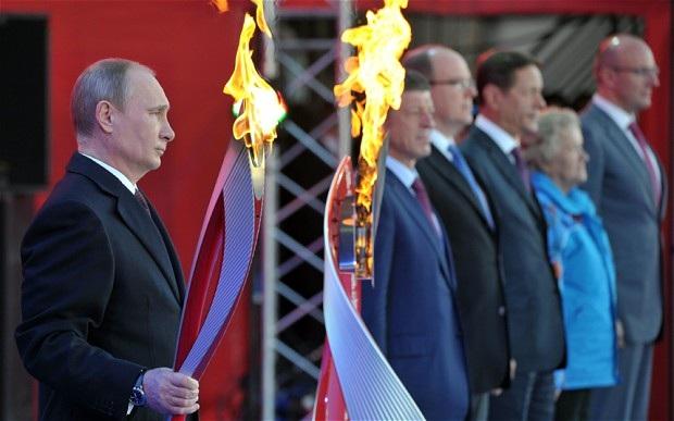 Tổng thống Vladimir Putin cầm ngọn đuối rực cháy của Olympisc mùa Đông Sochi 2014.