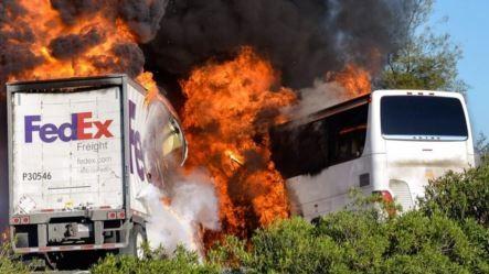 Xe khách và xe tải của hãng Fedex bốc cháy sau khi tông vào nhau.