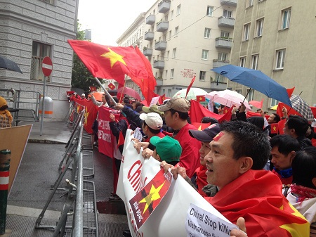 Người Việt tại Áo biểu tình trước cửa Đại sứ quán Trung Quốc.
