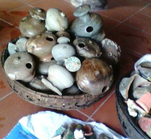 Đào móng xây thành chùa phát hiện nhiều bình gốm sứ nghi cổ vật - 1