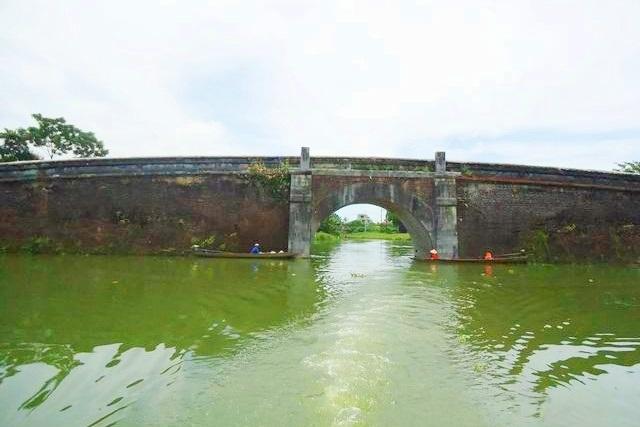 cầu đá Lương Y... có rất nhiều cầu đá được bắt qua các phường nối với nhau trong Kinh thành Huế vốn có nhiều sông ao hồ chằng chịt - là hệ thống thủy đạo của triều đình Huế xưa