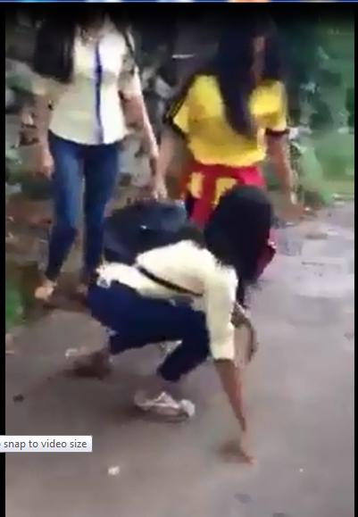 Hai nữ sinh đánh chửi một nữ sinh khác (Ảnh cắt từ clip)