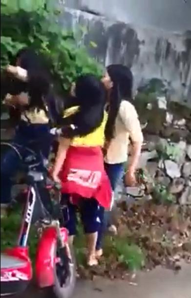 Hai nữ sinh lao vào đánh một nữ sinh (Ảnh cắt từ clip)