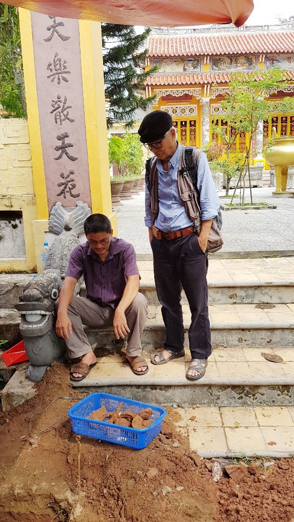 Nhà nghiên cứu Nguyễn Đắc Xuân (đứng) theo sát diễn biến của việc đào hố khảo cổ tìm dấu tích Quang Trung