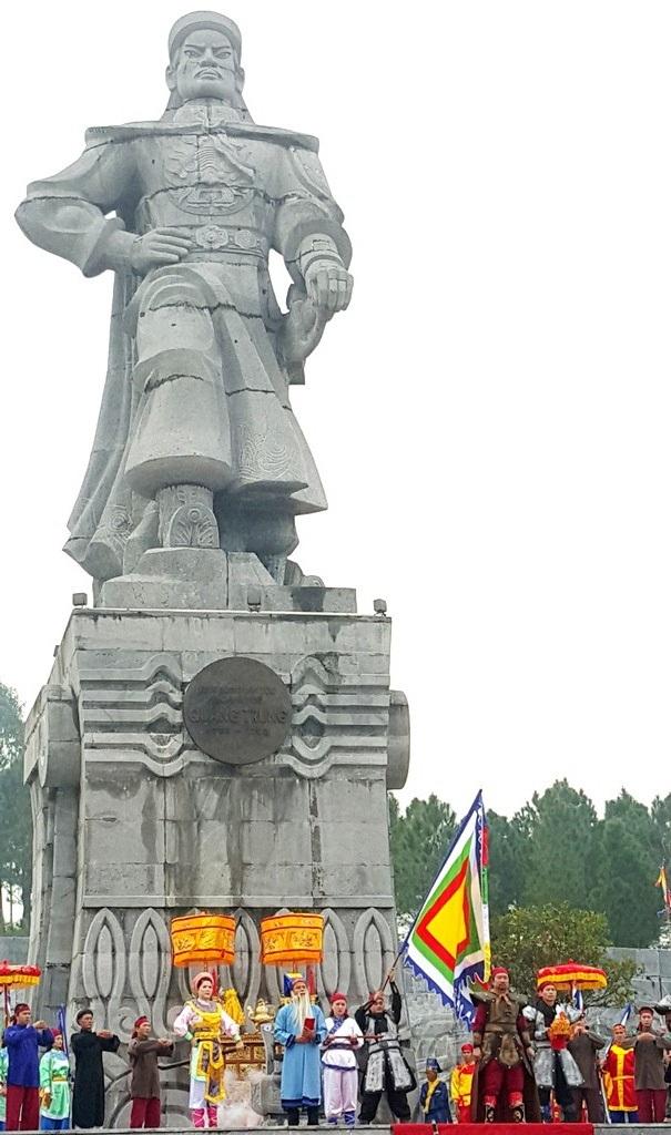 Tượng đài Quang Trung ở chân núi Bân, TP Huế - nơi vua đã làm lễ tế trời rồi thần tốc xuất quân ra bắc đánh tan 29 vạn quân Mãn Thanh giải phóng kinh thành Thăng Long mùa xuân Kỷ Dậu 1789