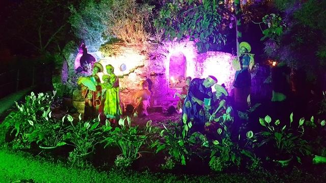Nhiều hoạt cảnh như luyện cấm quân, cung nữ chờ vua, hoàng tử công chúa dạo vườn Thượng uyển... đặc sắc