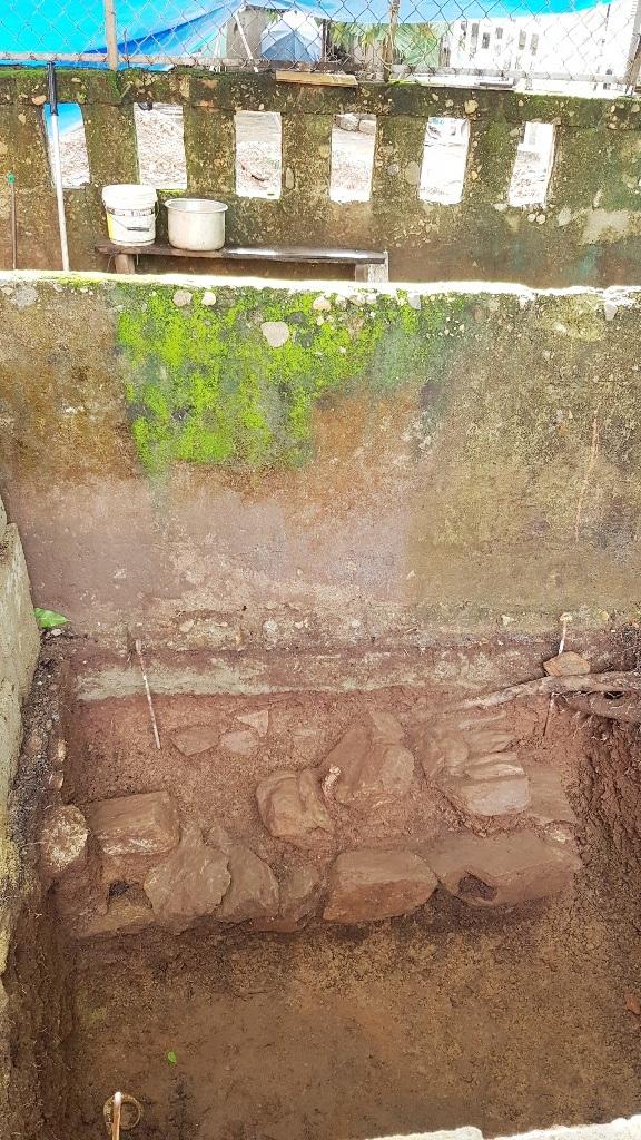 Nối với nền đá ở hố số 5 mở rộng ở nhà bên cạnh tạo cho nền đá này có bề rộng 5,5m - nghi là dấu vết 1 công trình kiến trúc cổ rất lớn