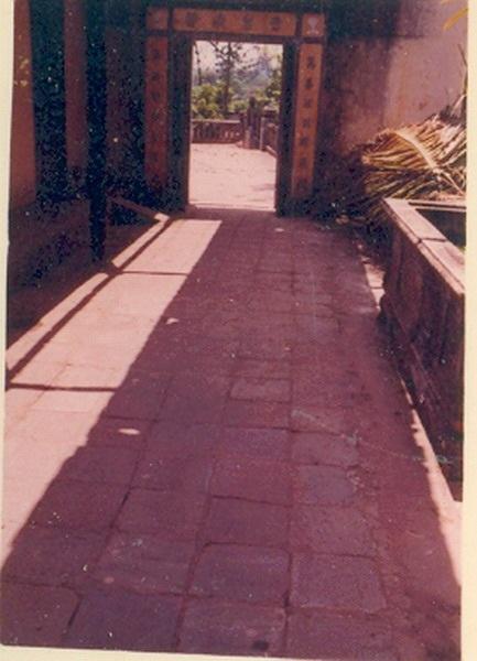 Đá lát con đường vào nhà trai bên phải chùa Vạn Phước