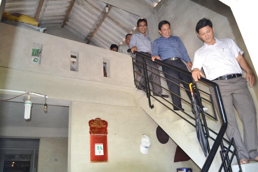 Đoàn làm việc Sở Xây dựng tỉnh Thừa Thiên Huế kiểm tra 1 căn nhà phòng tránh bão lụt vừa hoàn thành