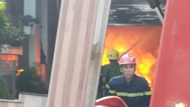 Lực lượng cứu hóa đến dập đám cháy