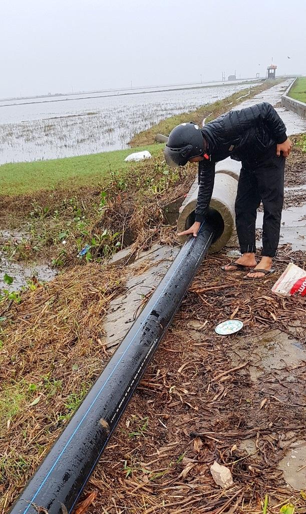 Người dân 2 tỉnh lo nhà máy dệt nhuộm xả thải thẳng ra sông - 6