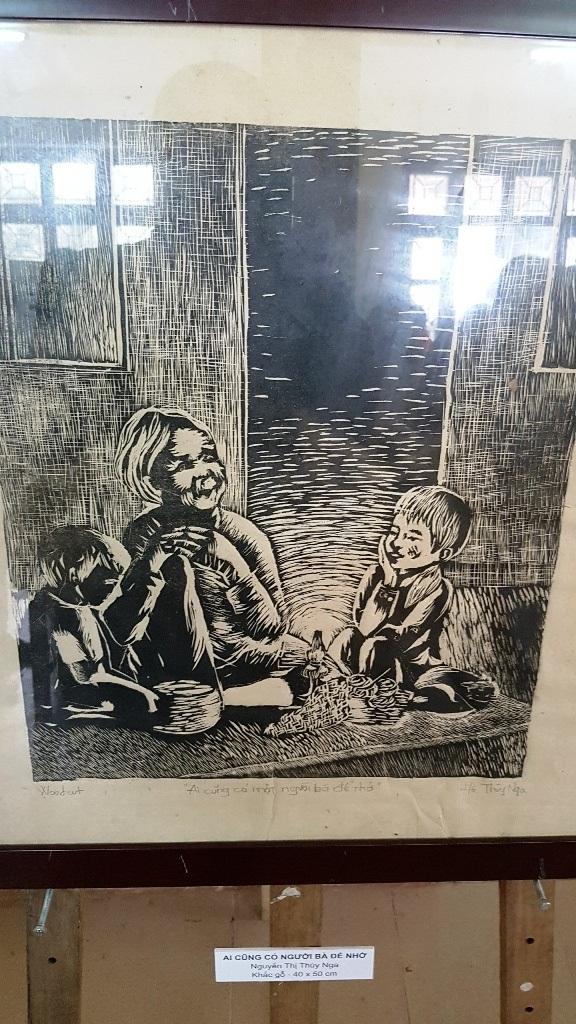 Ai cũng có người bà để nhớ - Nguyễn Thị Thùy Nga – Khắc gỗ 40x50cm