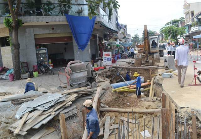 Dự án cải thiện môi trường nước đang tiến hành ngổn ngang tại TP Huế (ảnh: Tâm Huệ)