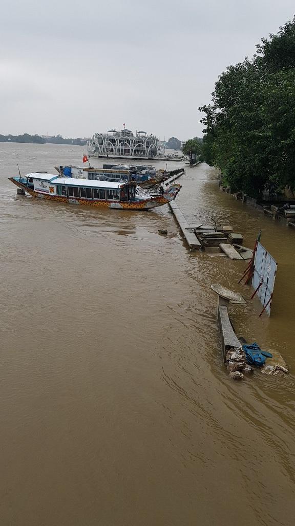 Sông Hương đoạn dưới chân cầu Trường Tiền bờ nam đã tràn