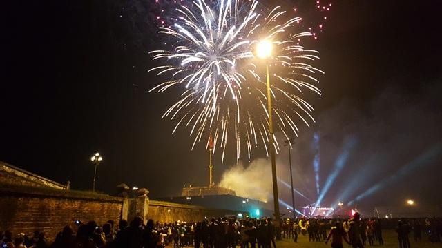 Tỉnh Thừa Thiên Huế bắn pháo hoa mừng năm mới 2016 ở quảng trường Ngọ Môn, TP Huế
