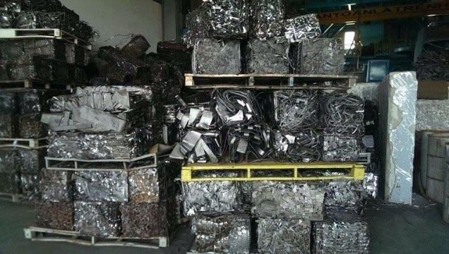 Sắt thép phế liệu nhập khẩu ngày một tăng, nguy cơ ảnh hưởng đến môi trường ngày càng lớn do các nhà máy sử dụng công nghệ cũ, lạc hậu.