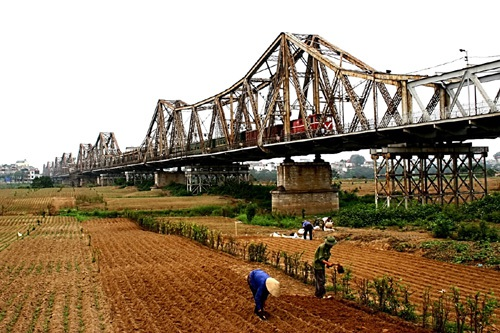 Hiệp hội Vận tải Hà Nội vừa đề nghị chính quyền thành phố Hà Nội xem xét làm bãi đỗ xe ở bãi giữa sông Hồng dưới cầu Long biên để giảm ùn tắc giao thông