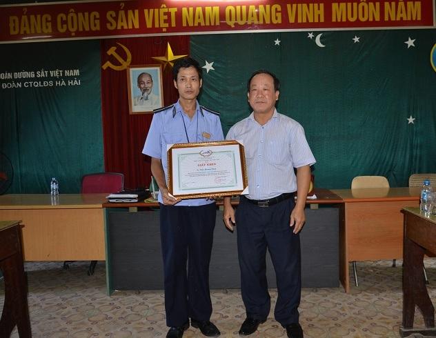 Anh Trần Hoàng Tùng được Tổng Công ty Đường sắt Việt Nam tặng bằng khen và thưởng 2 triệu đồng chiều 27/9