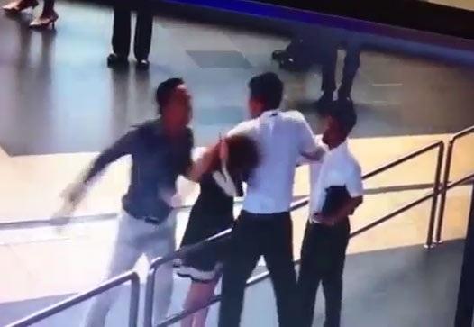 Hành khách Trần Dương Tùng (trái) dùng ví cầm tay đánh vào đầu nữ nhân viên hàng không Nguyễn Lê Quỳnh Anh tại sân bay Nội Bài.
