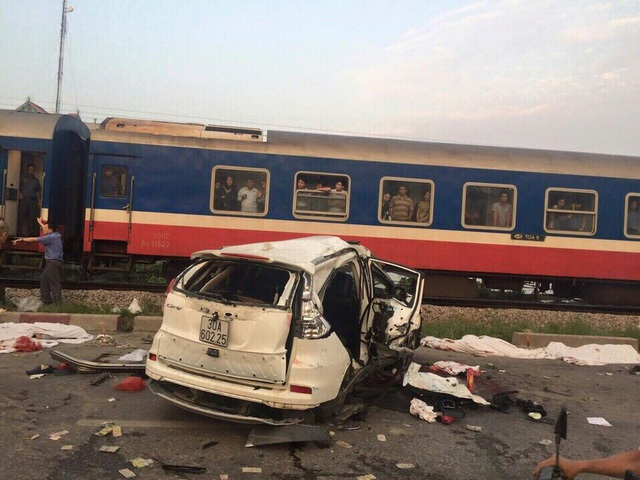 Hiện trường vụ tàu hỏa đâm ô tô khiến 6 người tử vong, 1 người bị thương nặng sáng sớm ngày 24/10