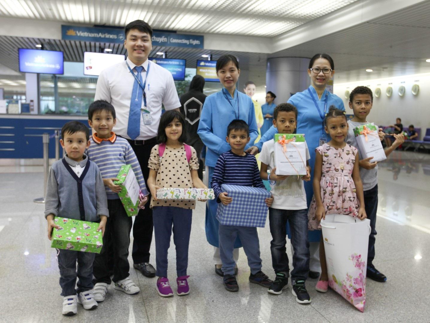 Các hành khách nhí vui mừng xen lẫn bất ngờ khi những điều ước của các em trở thành sự thực sau khi chuyến bay hạ cánh tại sân bay Tân Sơn Nhất.