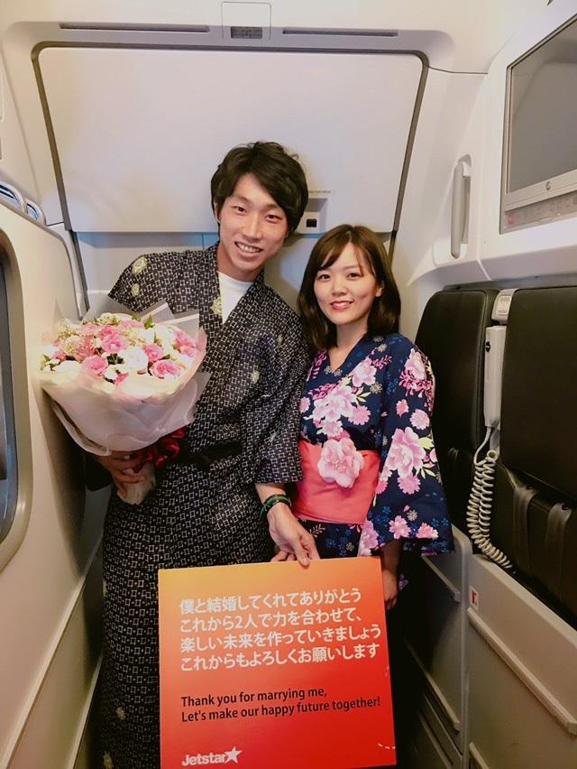 Cặp vợ chồng sắp cưới Hayato và Moeko hạnh phúc trên chuyến bay của Jetstar Pacific.