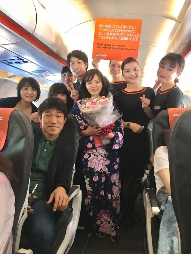 Cặp vợ chồng sắp cưới Hayato và Moeko chụp ảnh lưu niệm cùng phi hành đoàn và gia đình
