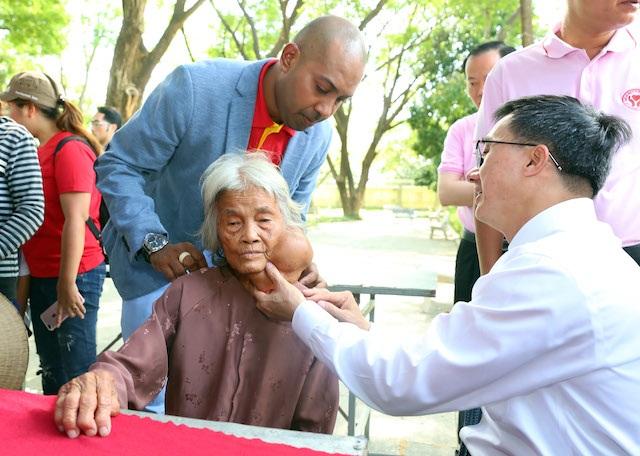 """Cụ bà 85 tuổi được tặng vé máy bay đi chữa khối u """"ngự"""" trên mặt 8 thập kỷ - 1"""