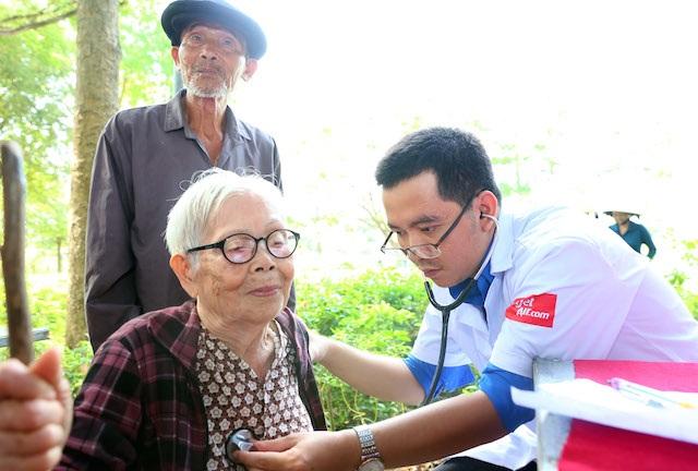 """Cụ bà 85 tuổi được tặng vé máy bay đi chữa khối u """"ngự"""" trên mặt 8 thập kỷ - 4"""