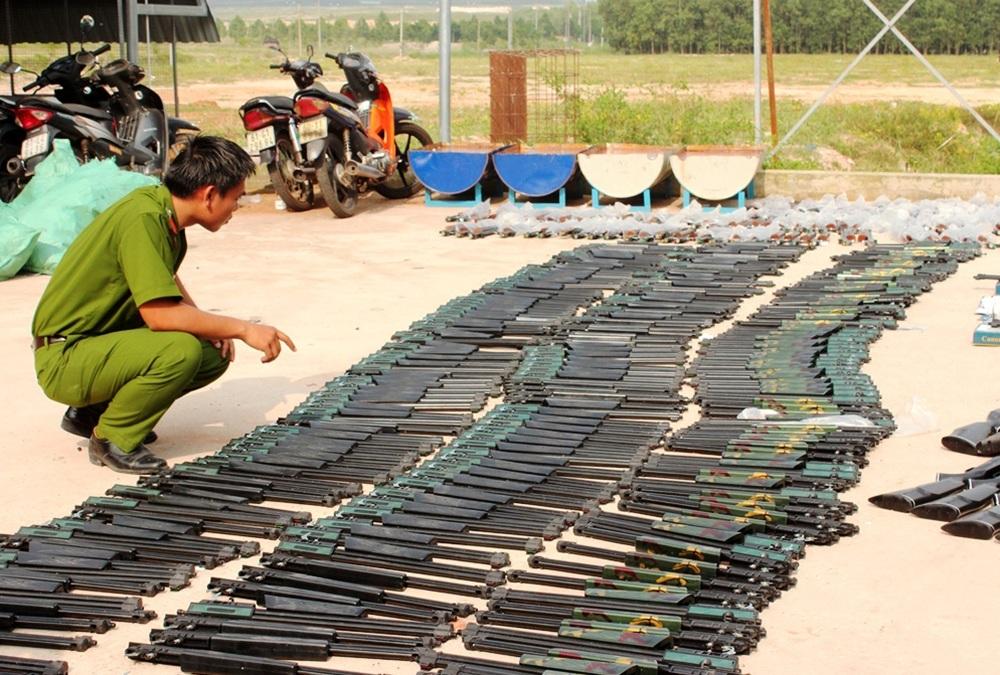 Số súng và ống giảm thanh bị lực lượng công an thu giữ