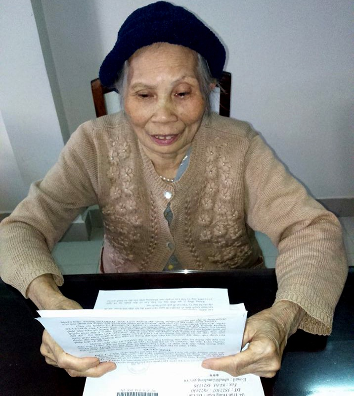 Cụ Lích rưng rưng xem quyết định của UBND tỉnh Lâm Đồng công nhận lô đất thổ cư và không thu tiền sử dụng đất khi làm sổ đỏ. Nhiều năm mòn mỏi chờ đợi, gửi đơn thư cầu cứu khắp nơi, công lý đã đến với cụ bà 75 tuổi
