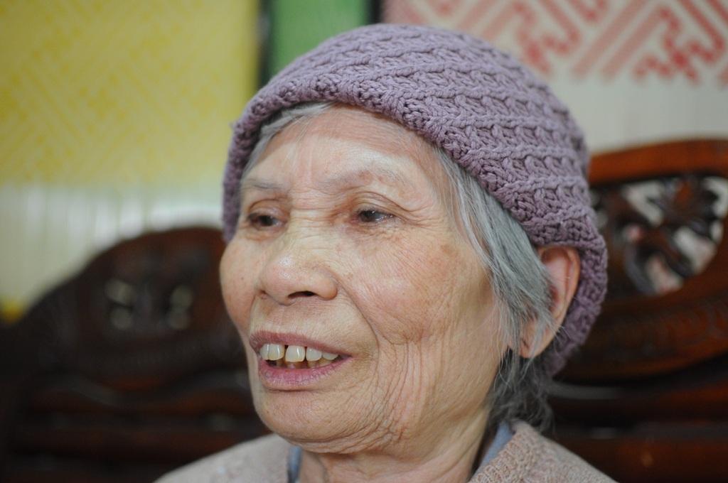 Cụ bà 75 tuổi mừng rơi nước mắt nhận cuốn sổ đỏ 0 đồng tiền thuế - 3