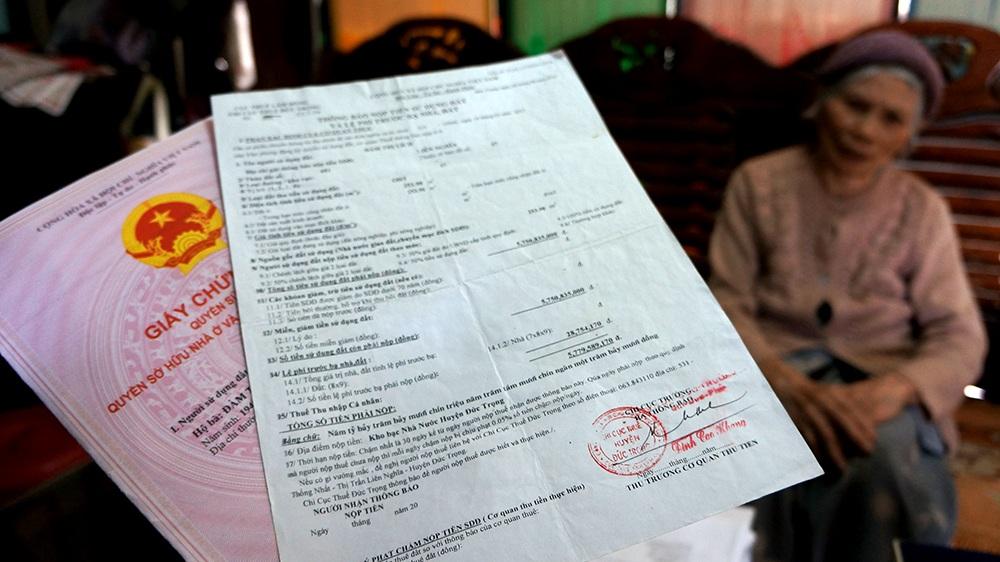 Thông báo áp thuế 5,7 tỷ đồng cho 253m2 đất đã được công nhận là lô đất thổ cư và cuốn sổ đỏ cụ Lích được cấp diện tích 563,9m2 với mức thuế 0 đồng
