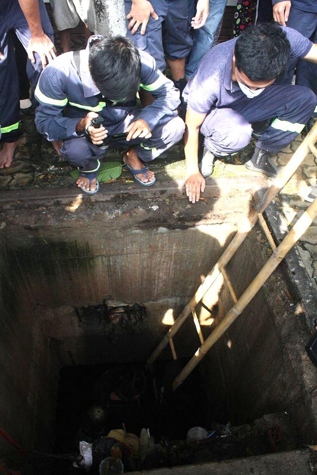 Lính cứu hộ chui xuống cống để tìm kiếm nạn nhân
