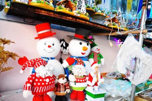 Thị trường đồ Giáng sinh: Sức mua tăng từng ngày, mỗi ngày tiếp hàng trăm khách - 4
