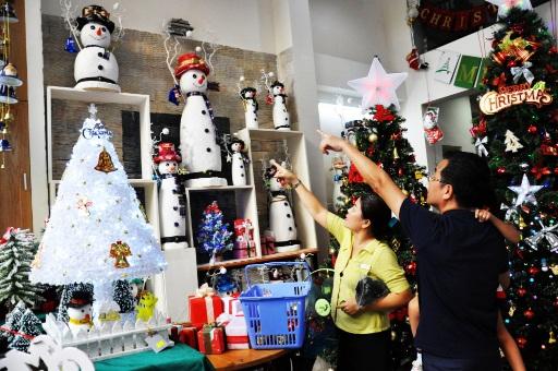 Thị trường đồ Giáng sinh: Sức mua tăng từng ngày, mỗi ngày tiếp hàng trăm khách - 2