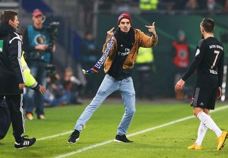 Cổ động viên khiêu khích Ribery