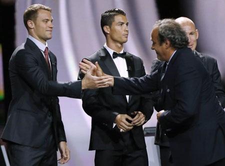 Chủ tịch UEFA Michel Platini phớt lờ C.Ronaldo trong cuộc đua đến QBV FIFA 2014