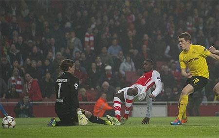 Ngay phút thứ hai, lưới của Dortmund đã bị rung lên sau pha dứt điểm của Sanogo