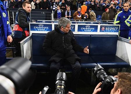 Mourinho thu hút tâm điểm của báo giáo khi đưa Chelsea đến làm khách trên sân của Schalke 04